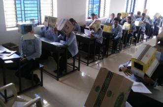 صور.. وضع صناديق على رؤوس الطلاب لمنع الغش! - المواطن