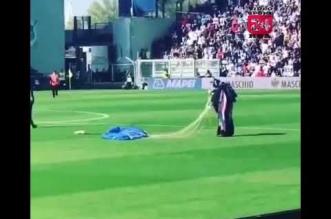 فيديو.. مظلي يهبط في أرضية ملعب مباراة بالدوري الإيطالي - المواطن