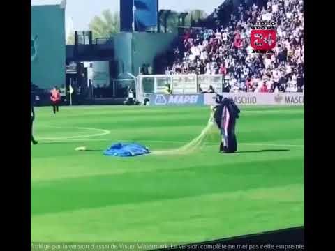 فيديو.. مظلي يهبط في أرضية ملعب مباراة بالدوري الإيطالي