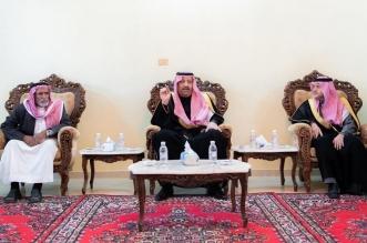 حسام بن سعود ينقل تعازي القيادة لذوي الشهيد الزهراني - المواطن