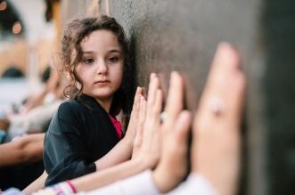صورة الطفلة المتعلقة بجدار الكعبة تلفت الأنظار في مسك الفنون - المواطن