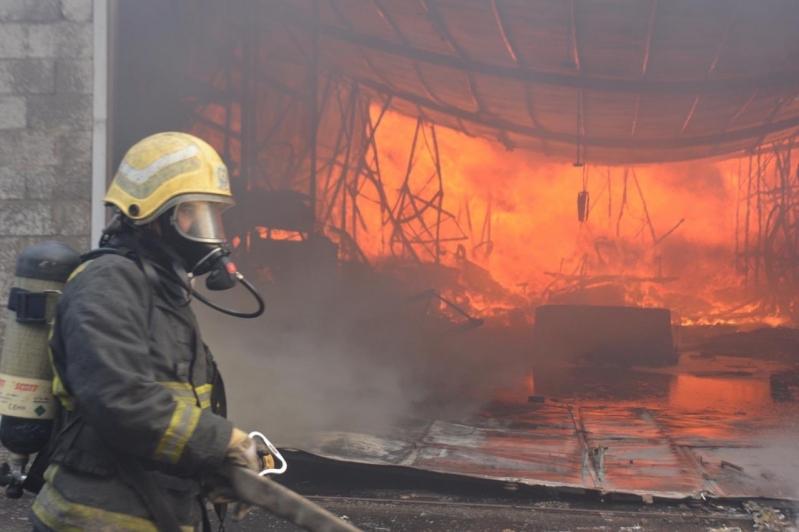 السيطرة على حريق مستودع الأهدل جدة