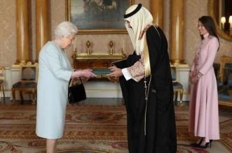 خالد بن بندر يسلم أوراق اعتماده لملكة بريطانيا - المواطن