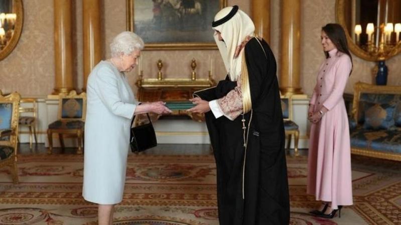 خالد بن بندر يسلم أوراق اعتماده لملكة بريطانيا
