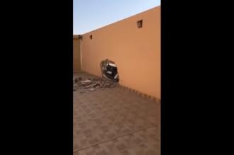 دمرت جدار منزله بسيارتها وهربت! - المواطن
