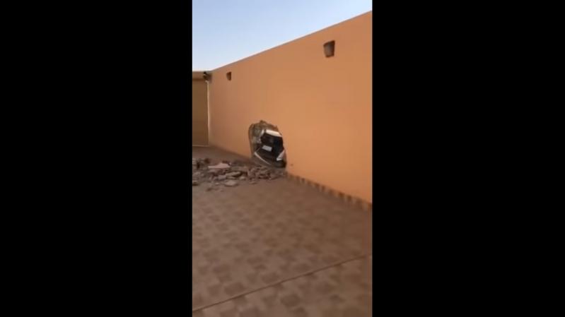 دمرت جدار منزله بسيارتها وهربت!