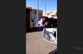 فيديو.. رجل يعنف طفلتين بشكل صادم في حائل! - المواطن