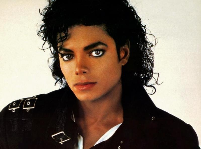 عمرها 36 عامًا.. عرض جوارب مايكل جاكسون للبيع بمليون دولار !