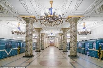 ثريات فخمة وأعمدة رخامية ومنحوتات لينين.. صور مذهلة لعالم خلاب تحت أرض موسكو - المواطن