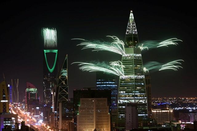 الألعاب النارية تنطلق من برج الفيصلية