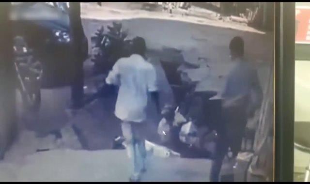 فيديو.. لقطات مروعة للحظة انهيار رصيف وابتلاع رجلين