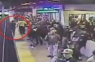 فيديو مروع.. لحظة سقوط مخمور أمام قطار سريع - المواطن