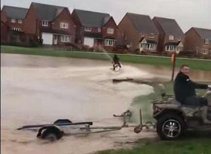 استعراض جت سكي في فيضانات بريطانيا
