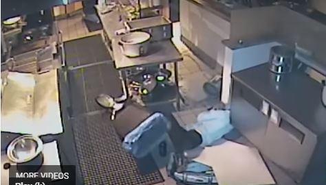 تسقط من السقف أثناء سرقتها مطعمًا