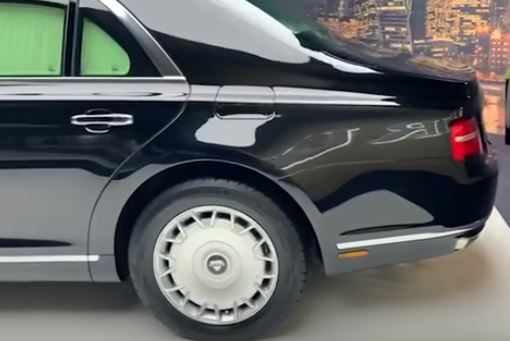 بوتين يقود سيارته بنفسه لاختبار الطريق