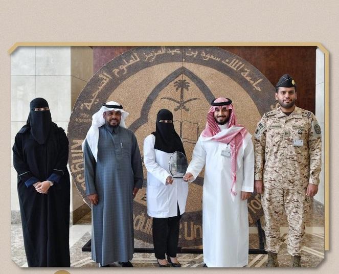 وزير الحرس يكرم مواطنة أنقذت فتاتين تعرضتا لحادث مروري - المواطن