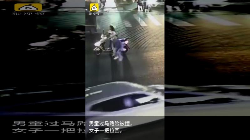 فيديو.. امرأة شجاعة تنقذ طفلاً كادت أن تدهسه سيارة مسرعة