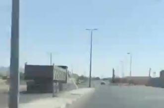 فيديو.. توقيف سائق شاحنة متهور عكس السير في نجران - المواطن