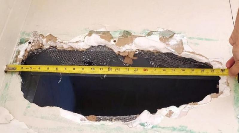 عبر سقف المرحاض.. متهمان بالقتل يفران من سجن أمريكي