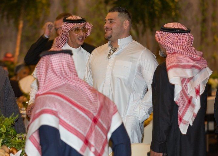 صور.. أندي رويز وزوجته يتألقان بالزي العربي