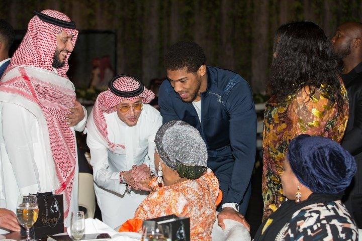 صور.. أندي رويز وزوجته يتألقان بالزي العربي - المواطن