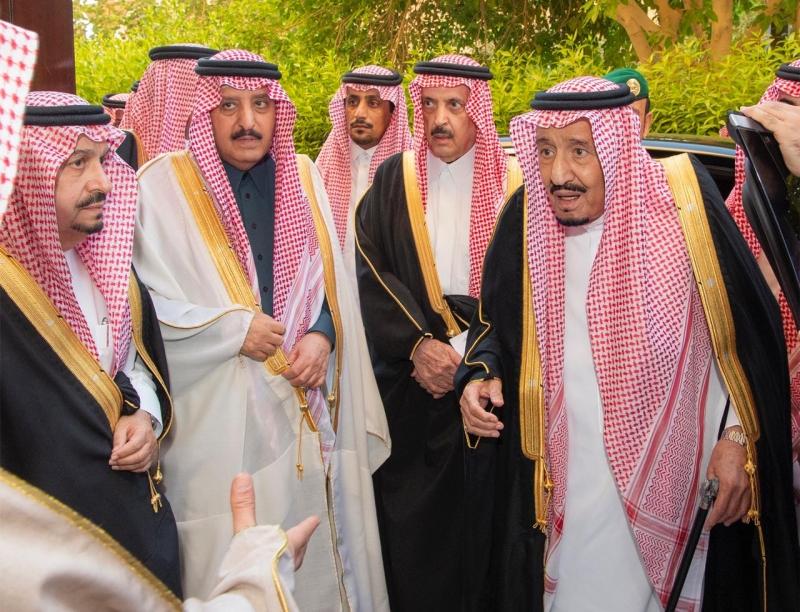 الملك يؤدي صلاة الميت على الأمير متعب 1