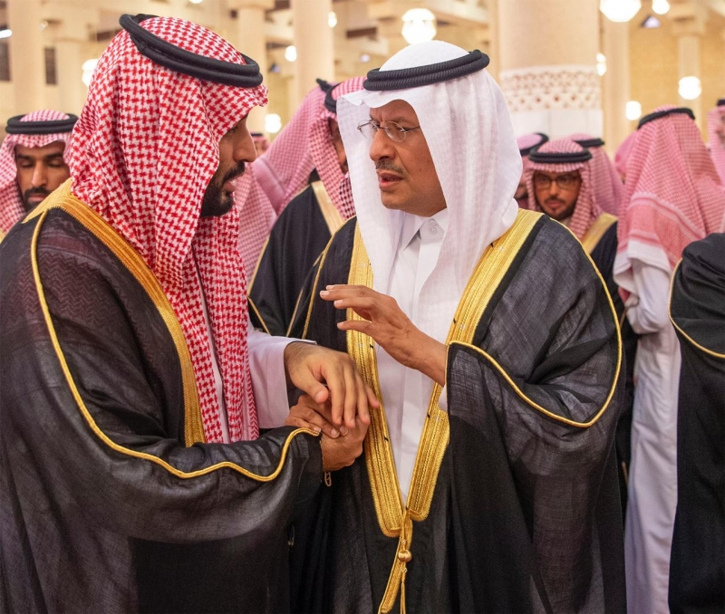 الملك يؤدي صلاة الميت على الأمير متعب 3