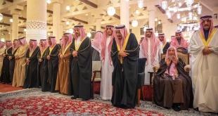 الملك سلمان يؤدي صلاة الميت على الأمير متعب بن عبدالعزيز