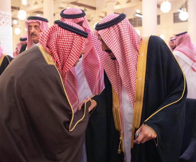 الملك يؤدي صلاة الميت على الأمير متعب 8
