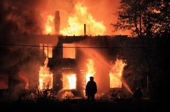 كويتي يضرم النيران في منزله ويتسبب بمقتل سائق - المواطن