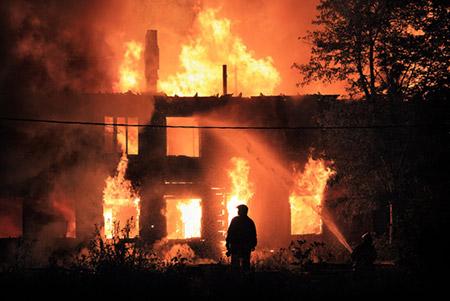 كويتي يضرم النيران في منزله ويتسبب بمقتل سائق