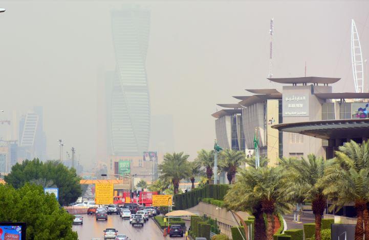رياح نشطة تثير الغبار وأمطار على 10 مناطق
