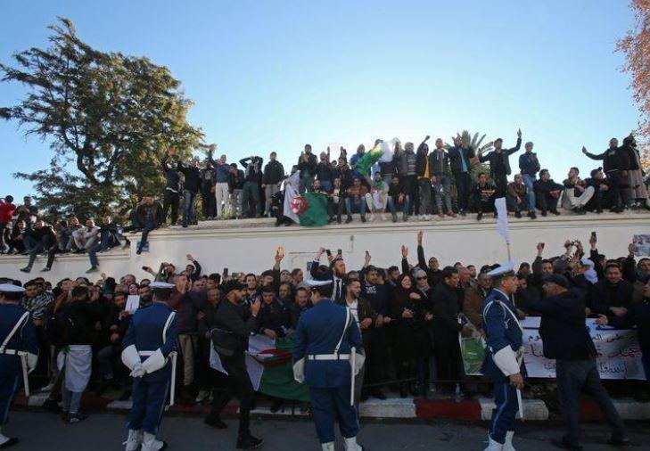 فيديو وصور.. الآلاف يشيعون قايد صالح : وداعًا أسد الجزائر