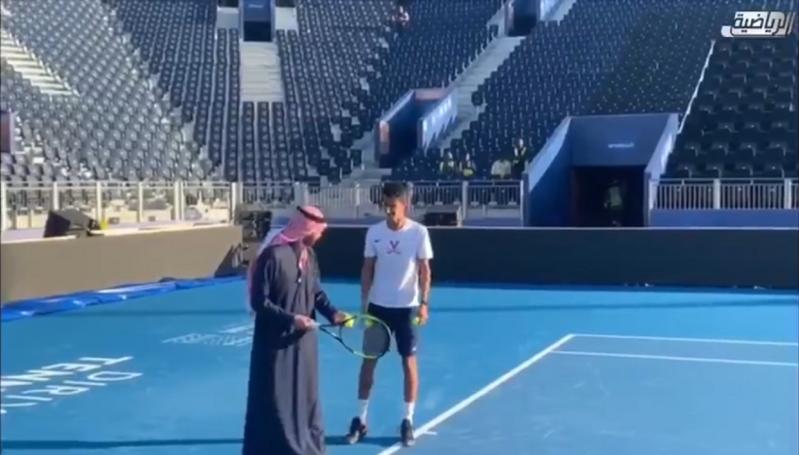 فيديو.. رئيس هيئة الرياضة يلعب التنس مع الحقباني