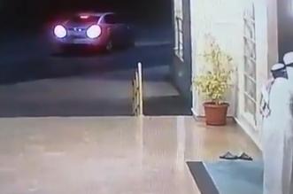 فيديو.. مسن يُفشل محاولة سرقته بلكمة خاطفة - المواطن