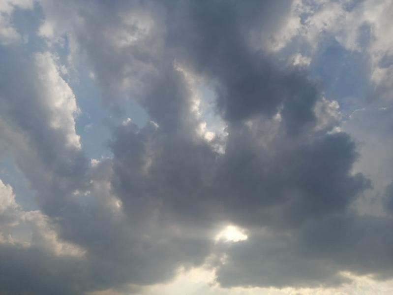 سحب ممطرة ورياح سطحية على 4 مناطق
