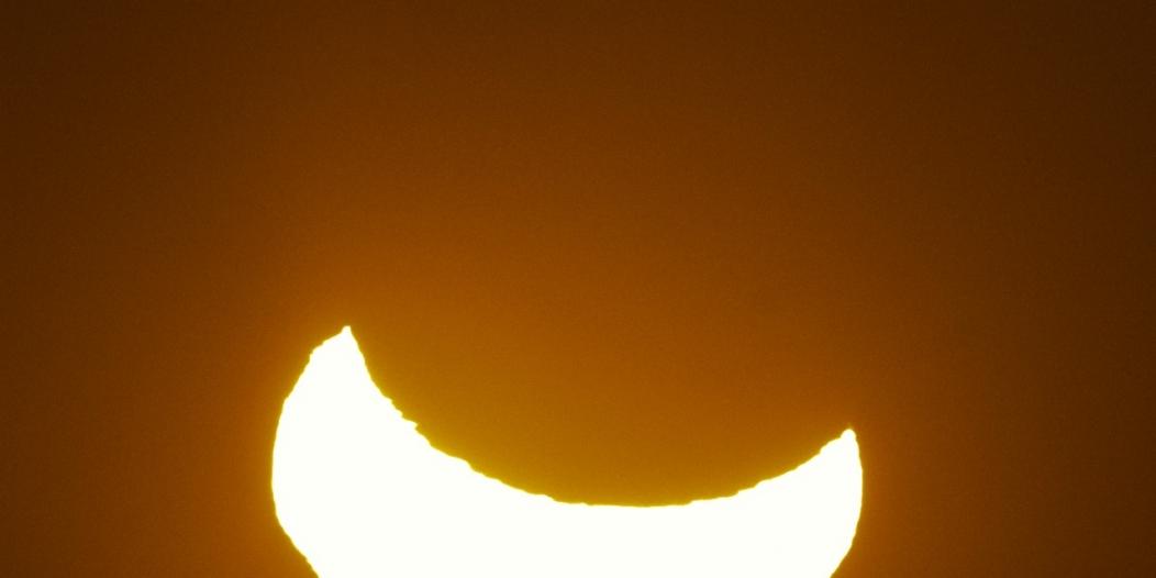 فيديو.. مشاهدون لـ الكسوف الشمسي يخاطرون ببصرهم!