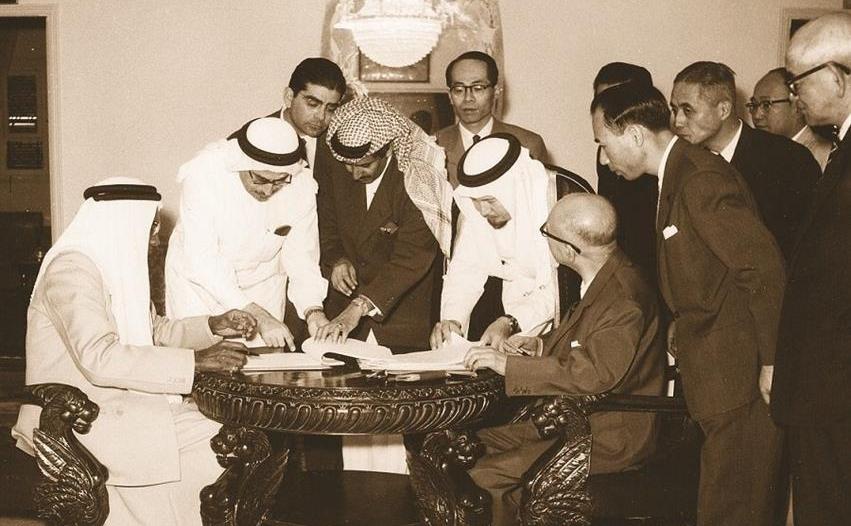 لقطات من توقيع الامتياز النفطي بحضور الملك سعود قبل 61 عاماً