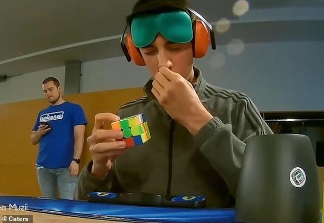 فيديو.. شاب يحل مكعب الروبيك في دقيقة وهو مغمض العينين - المواطن