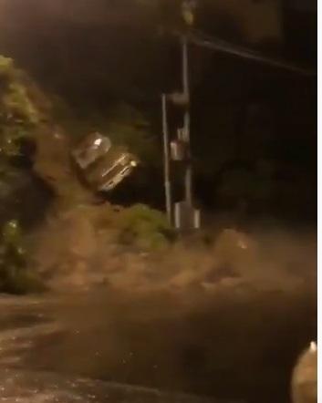 فيديو.. انهيار صخري يتسبب في سقوط سيارة بـ فيفا