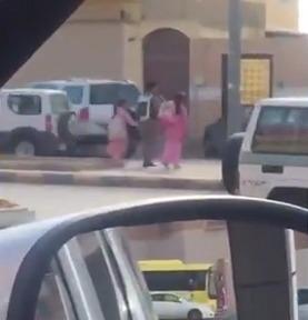 فيديو.. رجل مرور يترجل لمساعدة طفلتين لعبور طريق مزدحم