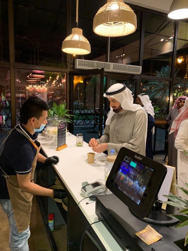 بالفيديو.. وزير الصحة يمارس المشي بعد تأخر رحلته في تبوك