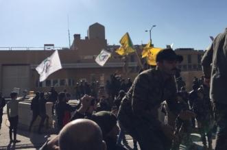 فيديو وصور.. موالون لإيران يحاولون اقتحام سفارة أمريكا ببغداد - المواطن