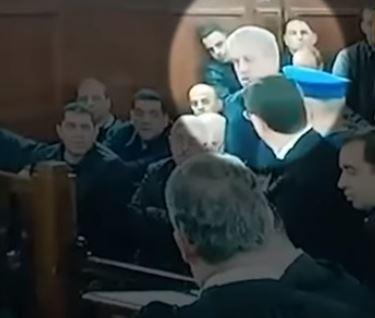 """رئيس وزراء #الجزائر الأسبق يبكي أثناء محاكمته: """"منيش فاسد"""""""