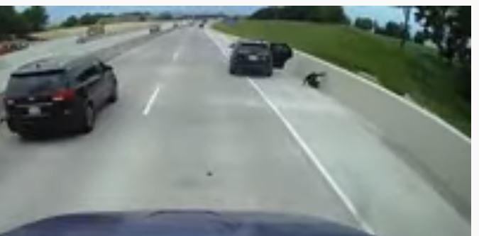 امرأة تقفز من المقعد الخلفي لسيارة الشرطة