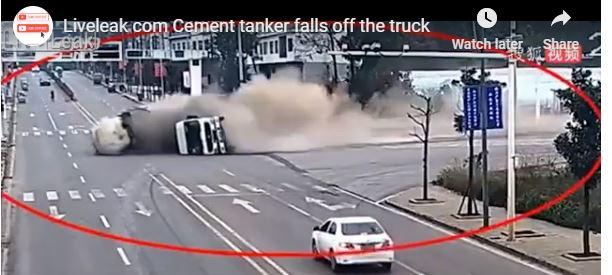 انقلاب شاحنة مسرعة في شارع داخلي