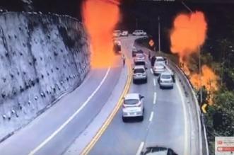 لحظة انفجار ناقلة نفط انقلبت فوق جسر - المواطن