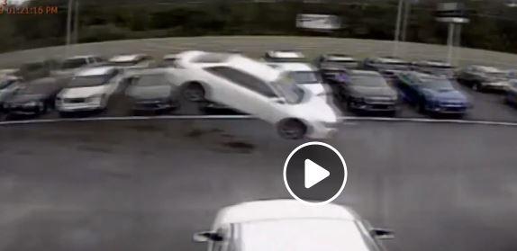 فيديو.. مركبة تطير ثم تتحطم في معرض سيارات