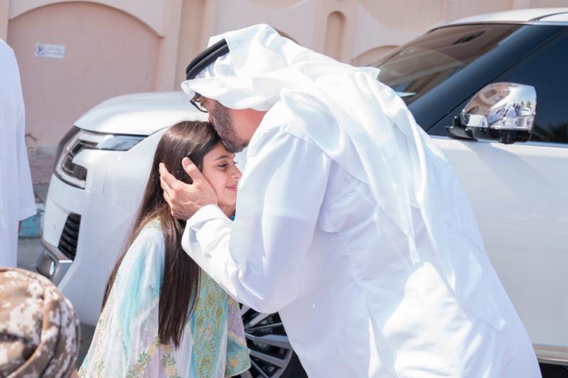 ولي عهد #دبي يكرم طفلة لم تتمكن من مصافحته