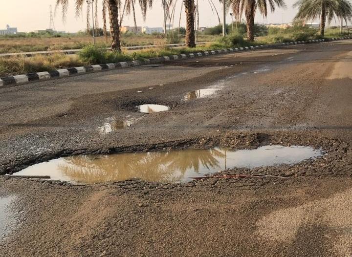فيديو.. حفر عميقة تبتلع المركبات في إسكان الحصمة بجازان!